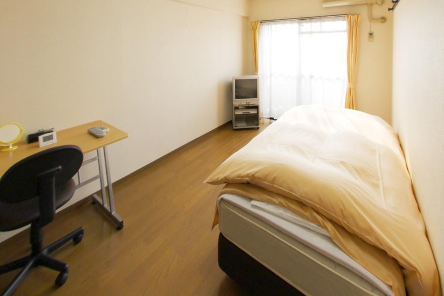 フローリングと白い壁紙のシンプルなお部屋