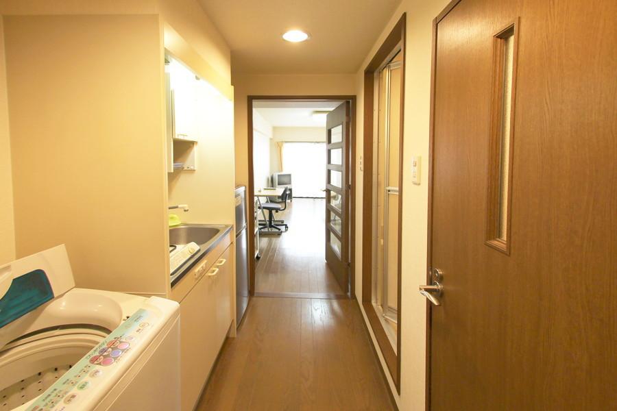 お部屋と廊下の段差は少なめ。目隠しの扉も設置されています
