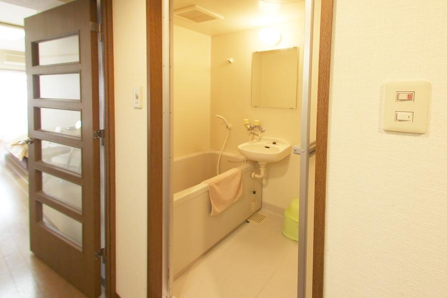 毎日使うバスルームは清潔感あるつくり