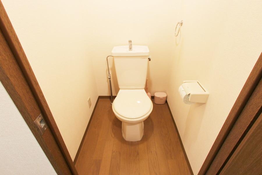 木目調の床があたたかみを感じさせるお手洗い