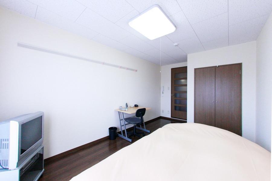 高い天井にシーリングライトを採用し開放感をアップ