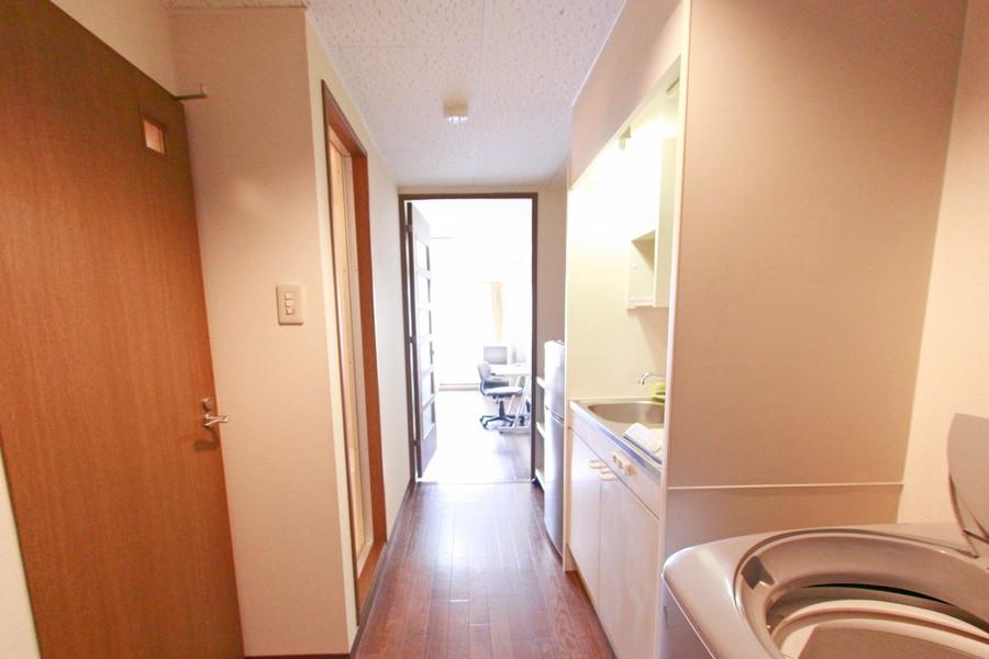 廊下は明るいブラウンの扉を配し明るい印象に