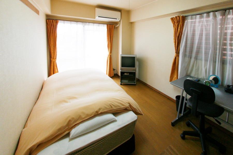 クリーム色の壁と木目調の床が穏やかな印象を与えてくれるお部屋です