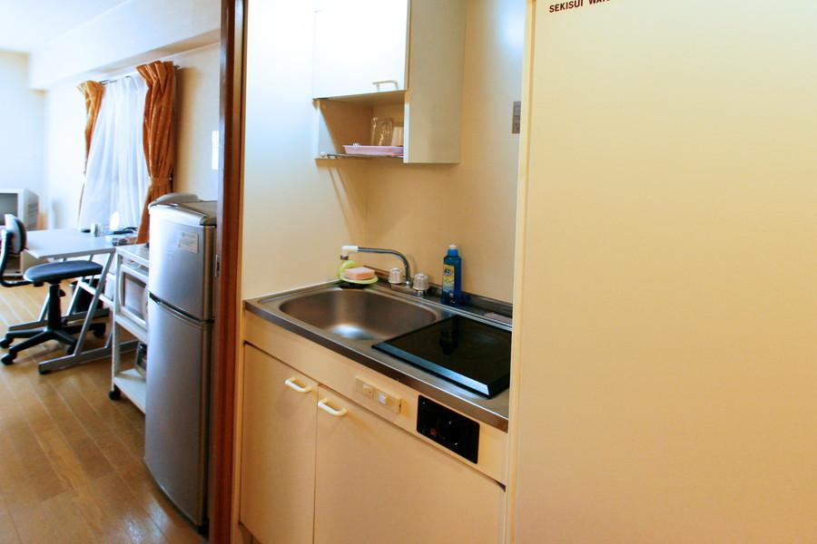 便利なIHコンロを搭載。食器棚も備え付けで収納面もばっちりです