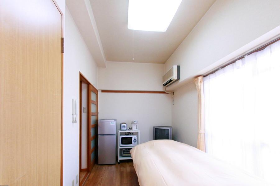大きな窓で室内を明るく照らしてくれます