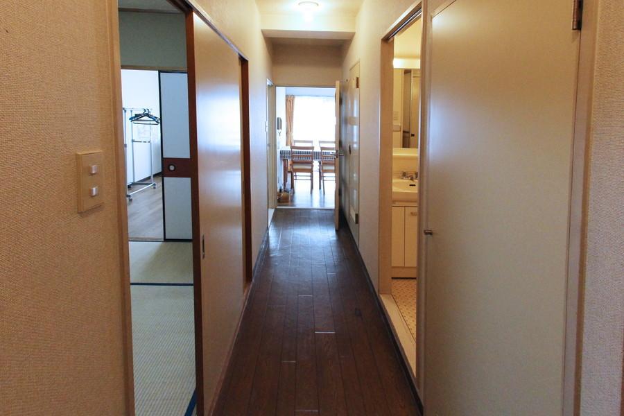 廊下はダイニングと同じくダークブラウンで統一