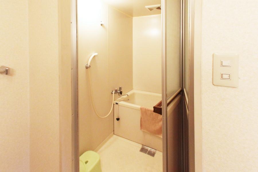 シンプルで使いやすいバスルーム。バスマットもご用意しております