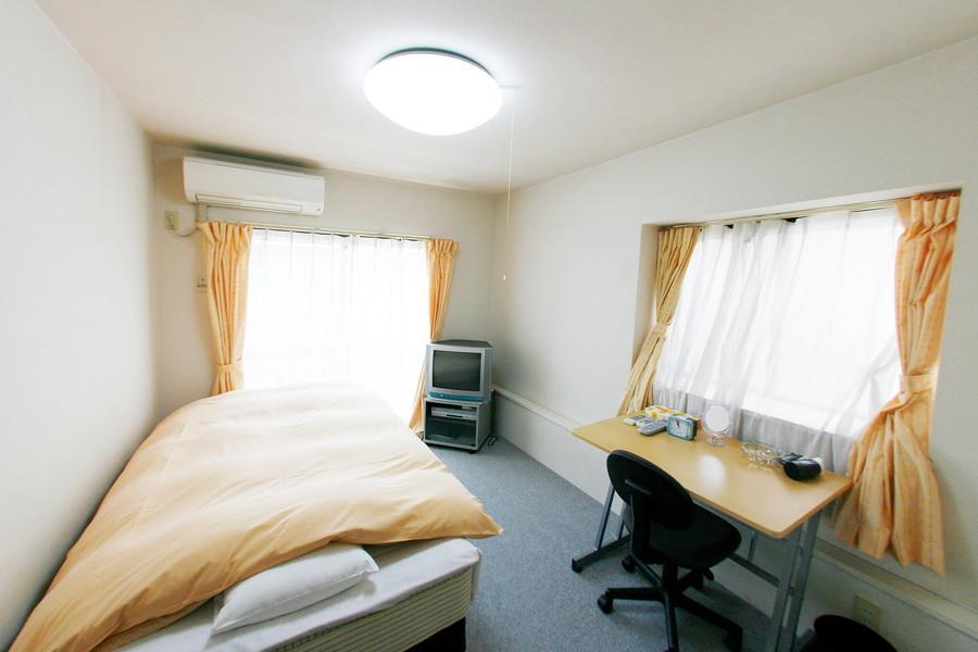 大きな2面の窓で明るさあふれるお部屋です