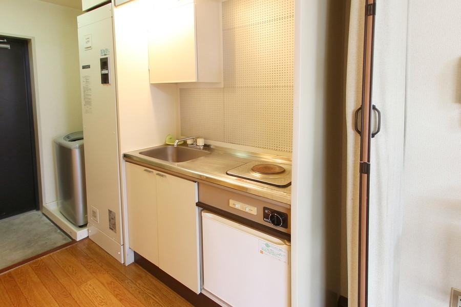 キッチンはコンパクトながら作業スペースもしっかり設けられています