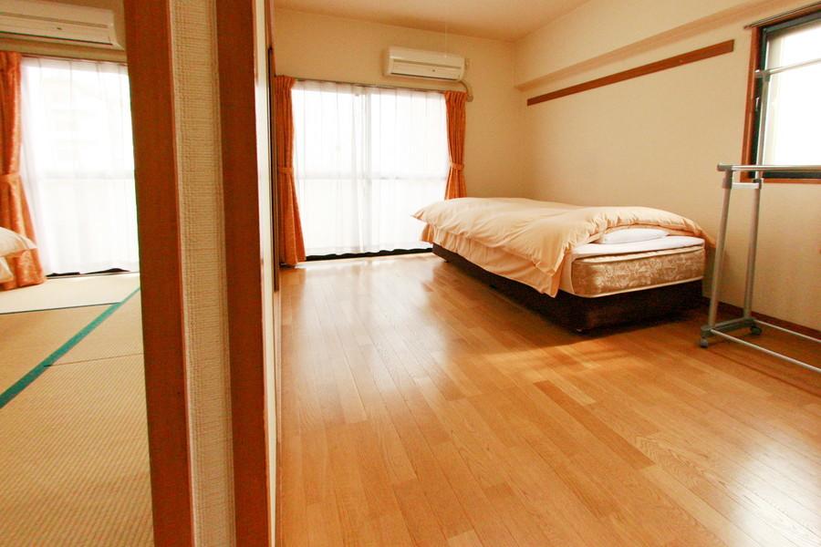洋室はベランダ窓と小窓で明るく過ごしやすいお部屋です