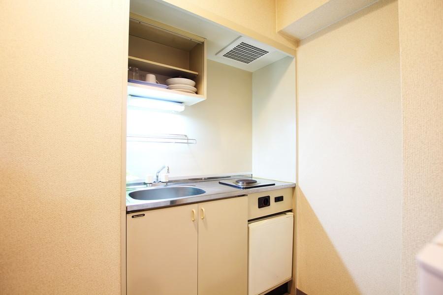 オフホワイトを基調としたシンプルな1口電気コンロのコンパクトキッチン