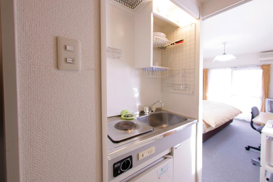 使いやすいコンパクトなキッチン。電気コンロ搭載です