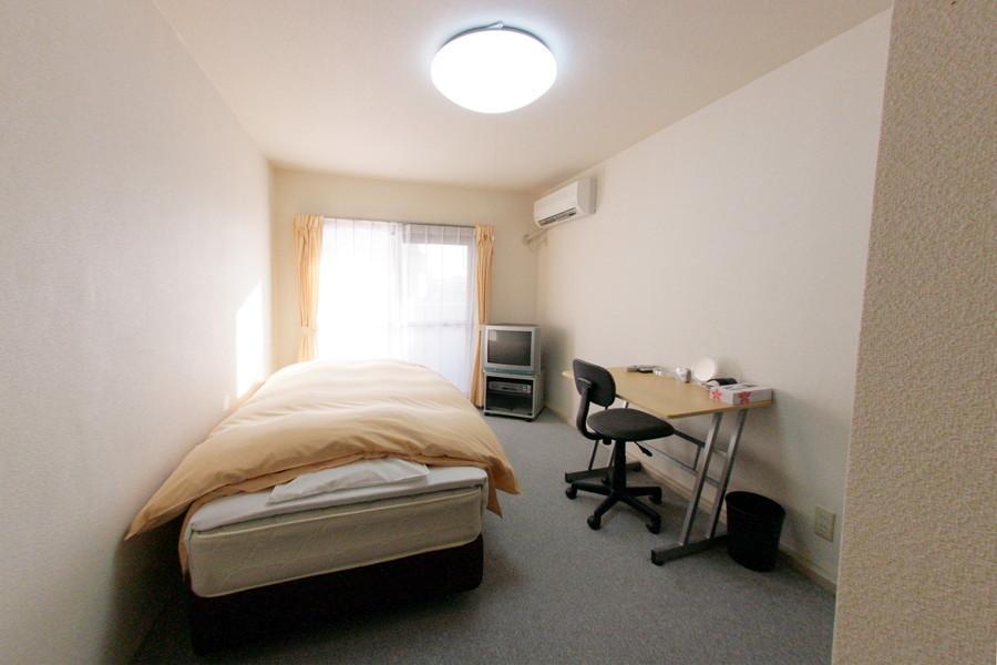 縦長タイプのシンプルなお部屋です。床はひんやりしないカーペットタイプ