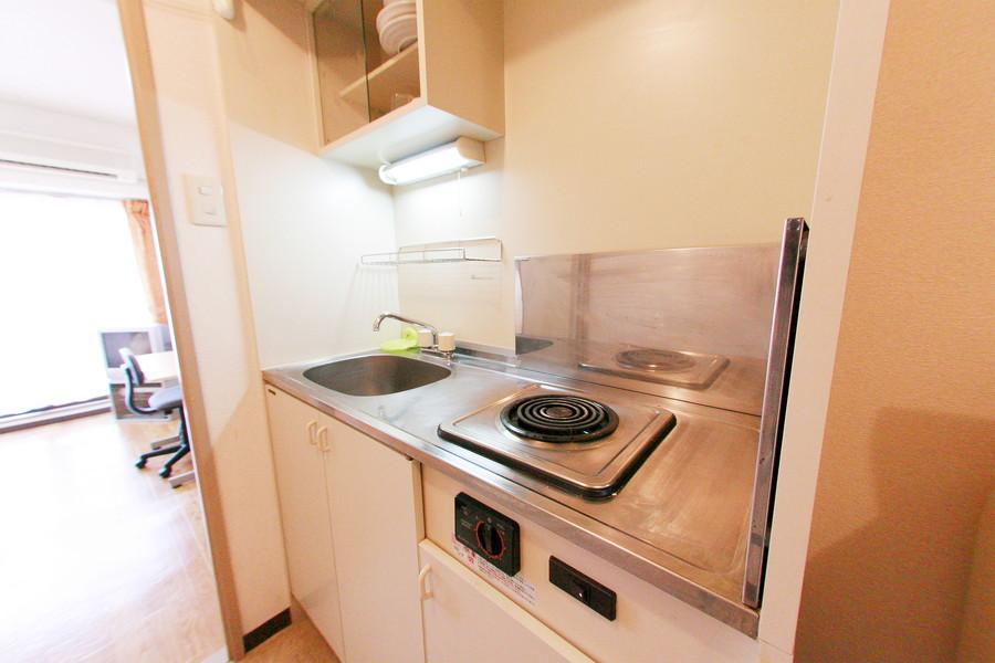キッチンには便利な吊り棚を設置