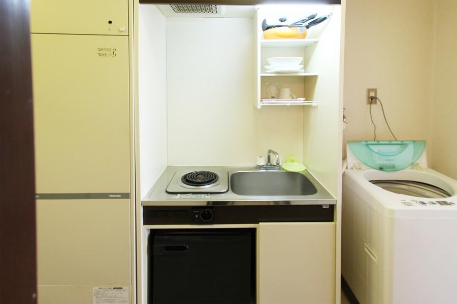 食器の収納に便利な吊り棚を設置