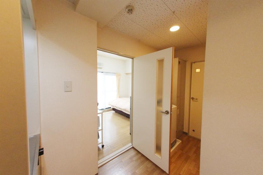 玄関周辺も白と木目調フローリングでまとめられています