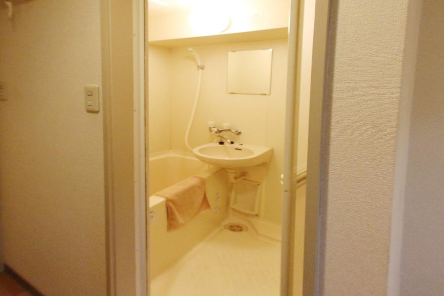 日々の疲れを癒すバスルームは、大きめの洗面台がポイント