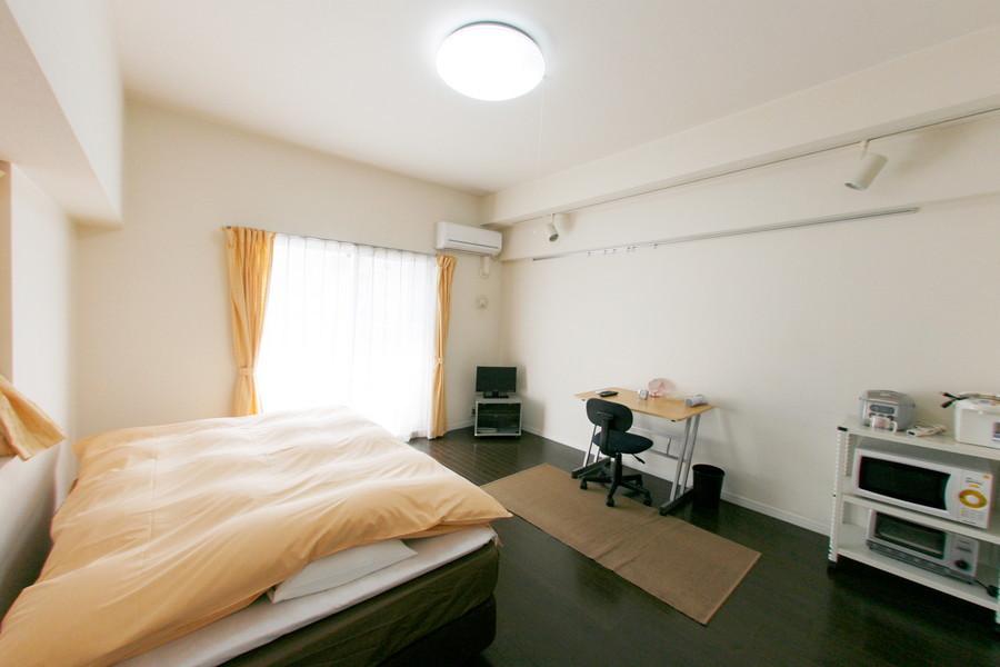 ダークブラウンの木目のフローリングに白を基調とした、広々と落ち着いた雰囲気のお部屋です。二面採光にこだわりのスポットライト、クローゼットも付いていてゆったり快適。