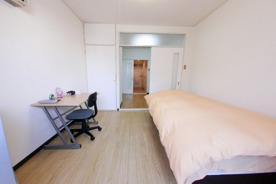 お部屋は淡い色合いでまとめられて落ち着いた雰囲気です