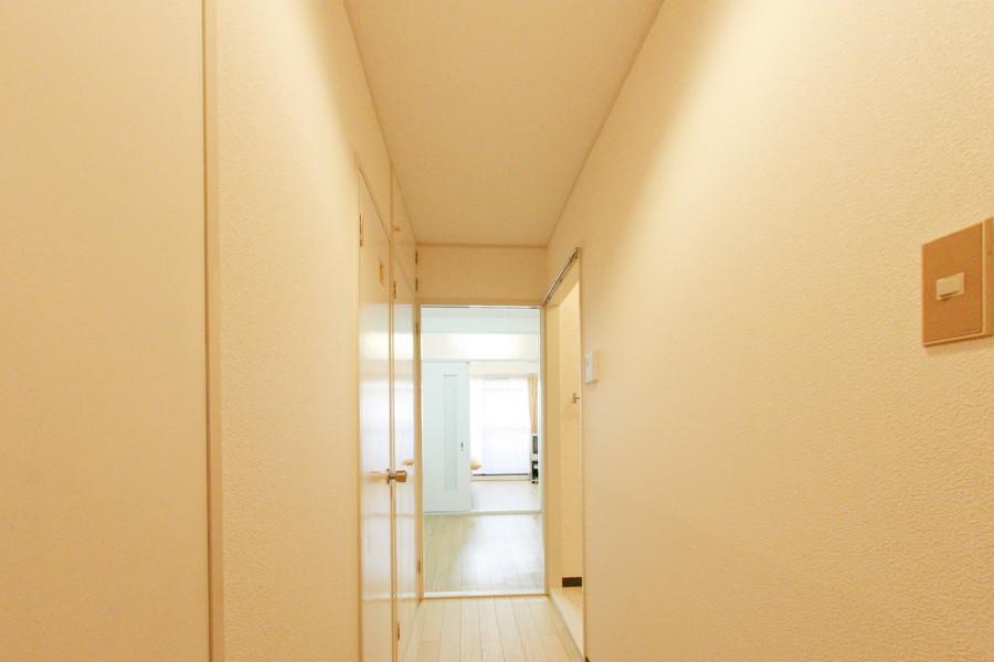 玄関周辺にはシューズボックスの他、収納スペースが2箇所設けられています
