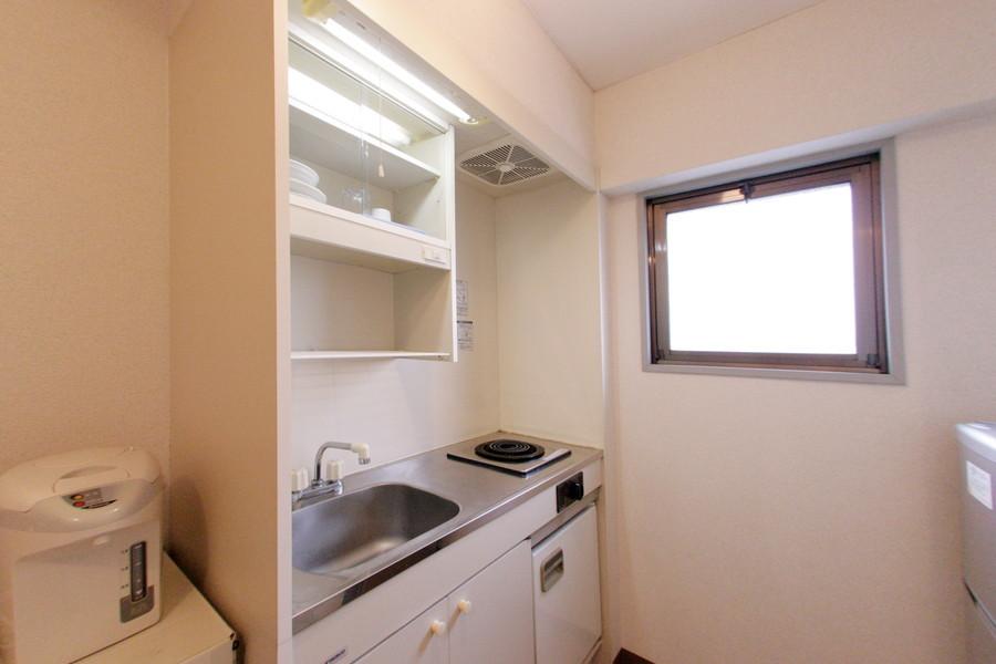 小窓つきで清潔なキッチンはより明るく開放的に