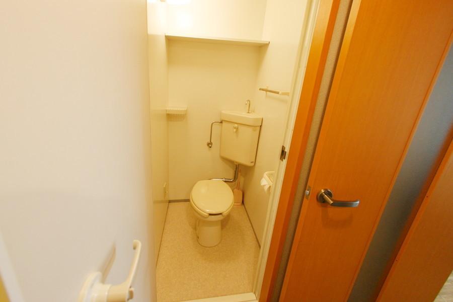 清潔感のあるトイレは小物置き場も設置