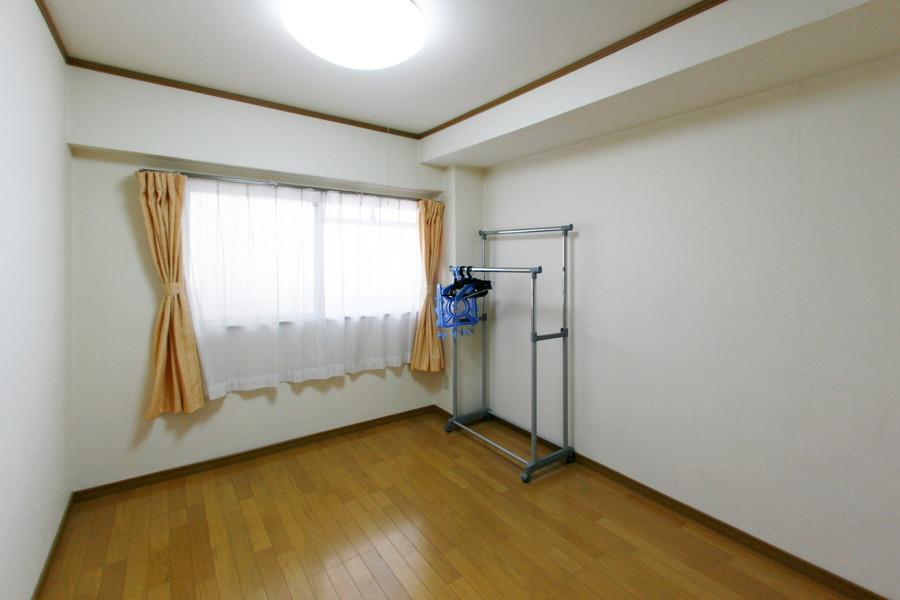 玄関横の洋室。天井も高く開放感があります