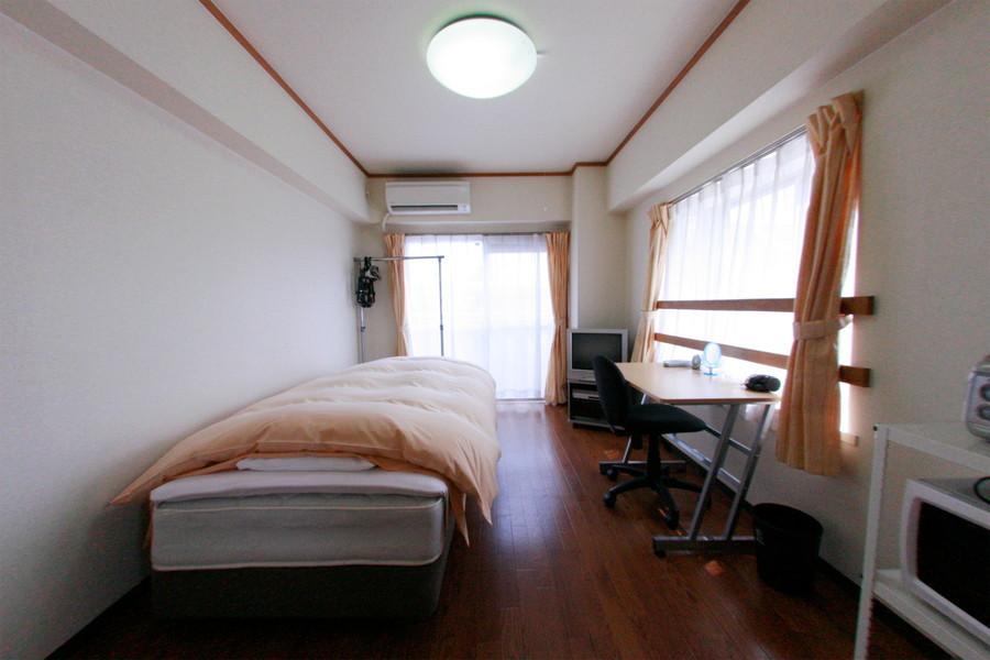 大きな2面窓が特徴のお部屋。明るく開放感があります