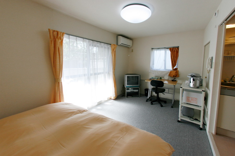 白い壁を基調とした室内は大きな窓も相まって明るい印象です