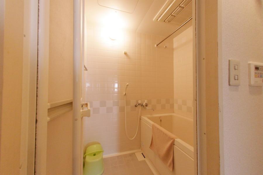 やさしい色合いの癒やしのバスルーム。リラックスできる空間です。