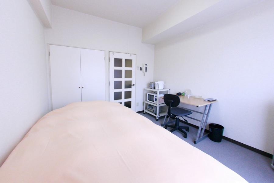やさしい色合いの室内。明るく清潔感のあるお部屋です。