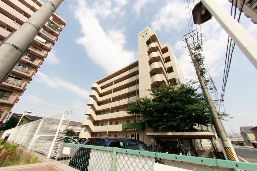 東海道本線沿いの物件。周囲は住宅とマンションが並ぶエリアです