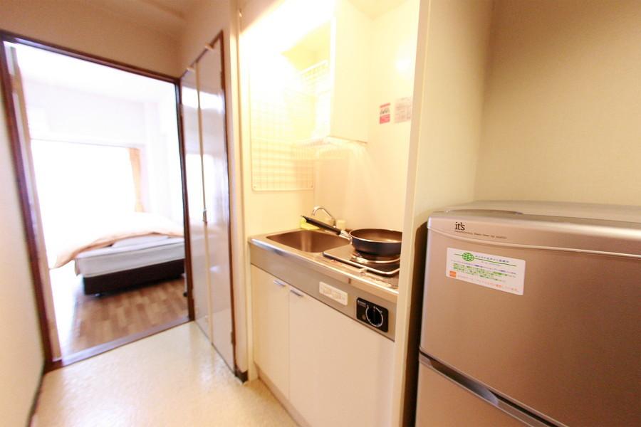 使いやすくまとめられたコンパクトキッチン。便利な吊り棚もあります