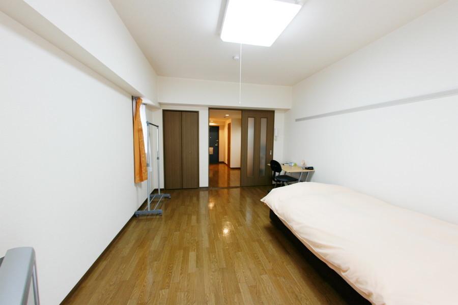 お部屋の広さはなんと10帖!ベッドを置いてもたっぷり余裕があります
