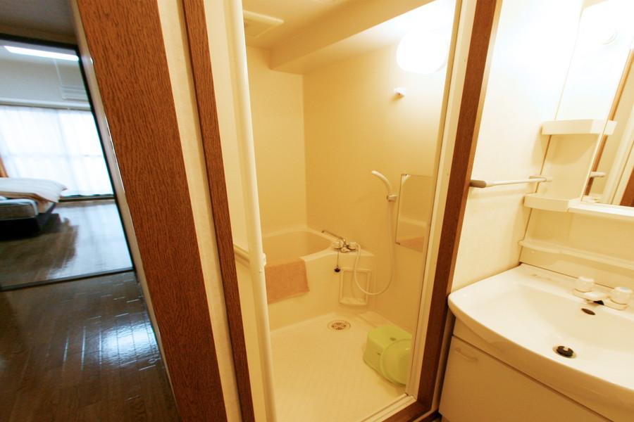 清潔感あふれるお風呂には洗面器やバスマットなどをご用意しています