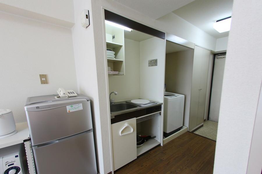 キッチンは使い勝手の良いIHコンロ。吊り棚も設置されています