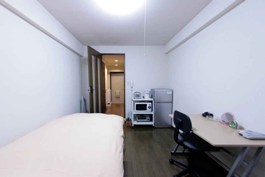 ダークブラウンの床がシックな印象のお部屋です