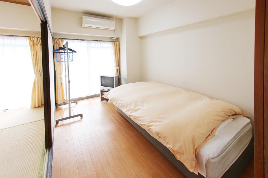 ベッドを置いてもゆとりある広さ。シーリングライト採用で圧迫感も少なめ