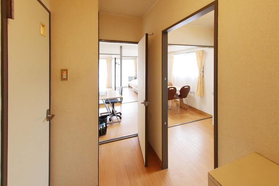 玄関からはダイニング、キッチンどちらへもアクセスが可能です