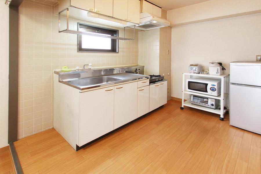 広くお使いいただけるキッチン。吊り棚が便利ですよ!