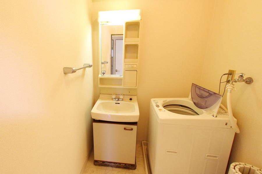 洗面台は小物収納スペースも多く設けられています