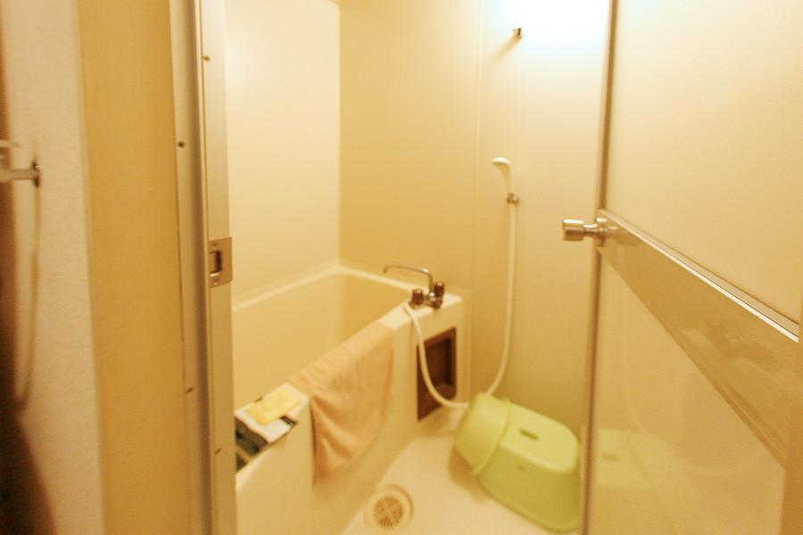 お風呂にはバスマット、洗面器など必需品をご用意しております