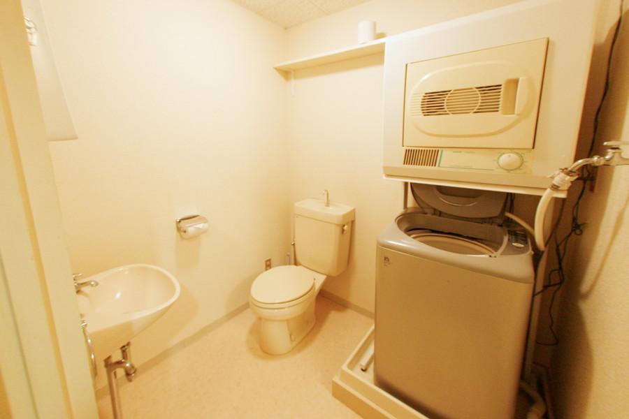 お手洗いには洗濯機と乾燥機が併設
