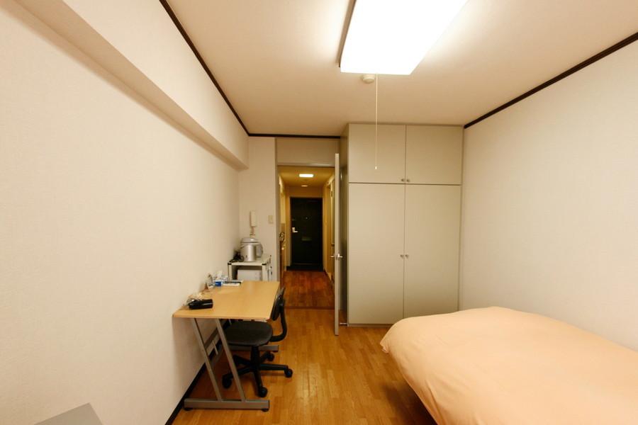 天井まで届く大きなクローゼットが特徴。長期のご滞在でも安心です