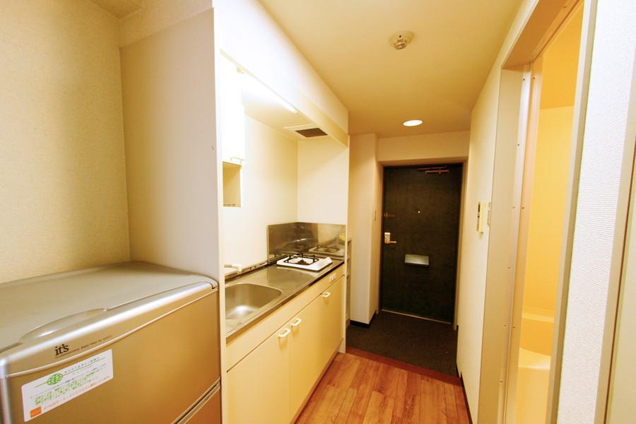 キッチン周りもオフホワイトを基調にまとめられ、清潔感があります