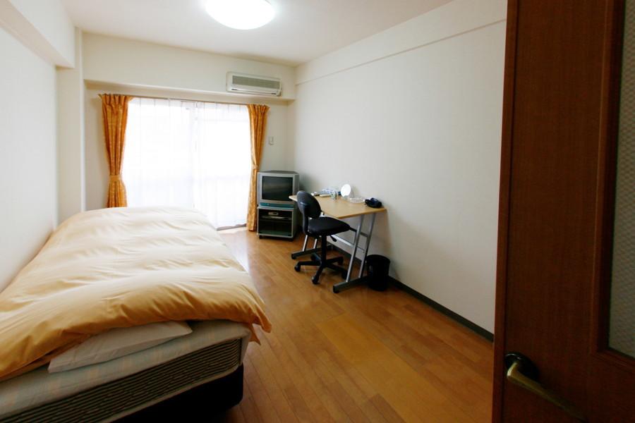フローリングと白い壁紙のシンプルで過ごしやすいお部屋