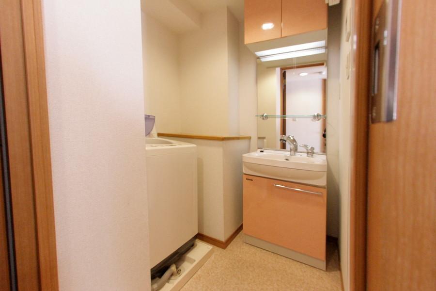大きな鏡がポイントの洗面台。毎朝の身だしなみにご活用下さい