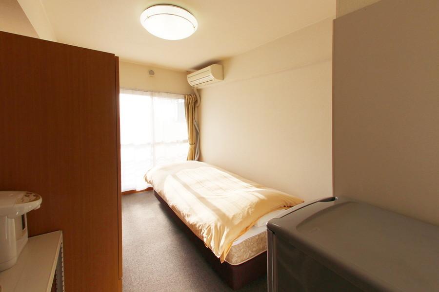 ベッド、収納などコンパクトにまとめられたお部屋。足元はカーペットです