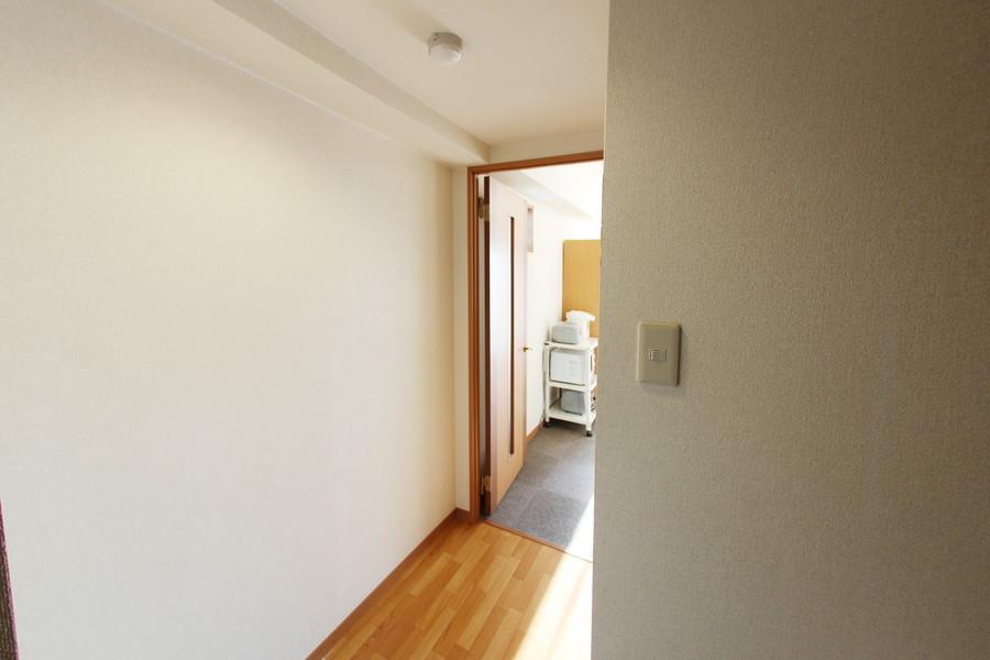 廊下も室内と同じ壁紙。床はフローリングタイプを採用しています