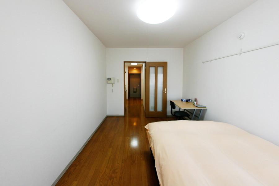 ベッドやデスクを置いても余りある広さ。ホテルでは味わえない開放感です